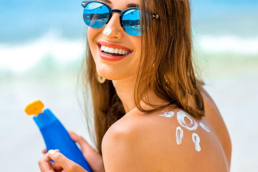 Comment protéger sa peau et ses grains de beauté du soleil?