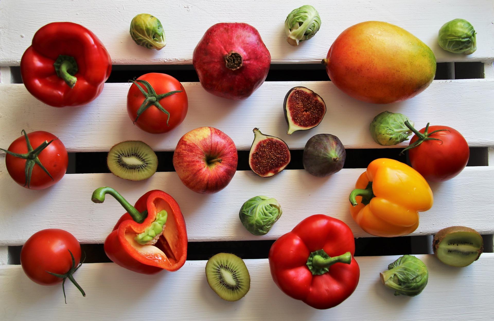 fruits et legumes sur une table blanche