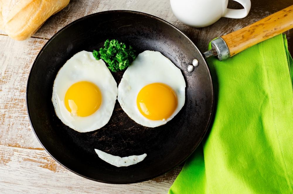 poêle œufs en forme de visage