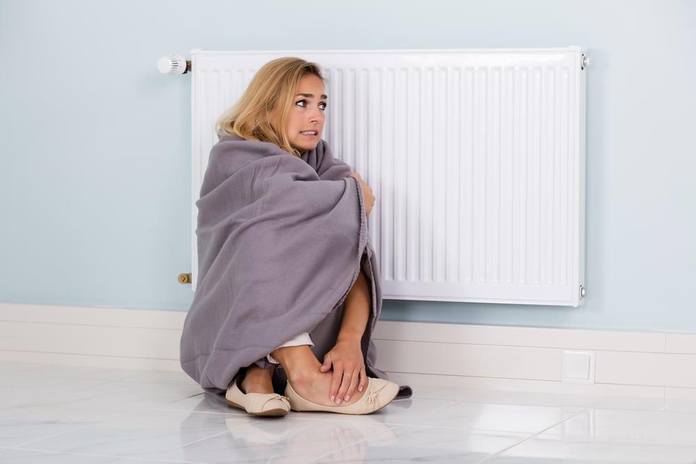 femme froid proche radiateur